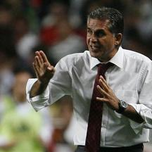 'Portugal\'s coach Carlos Queiroz gestures during their 2010 World Cup qualifying soccer match against Hungary at Luz stadium in Lisbon October 10, 2009     REUTERS/Marcos Borga (PORTUGAL SPORT SOCCER