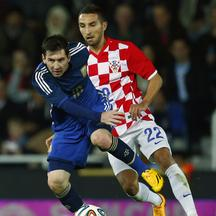 Argentina's Lionel Messi (L) is challenged by Croatia's Marin Leovac during their international friendly soccer match at Upton Park in London, November 12, 2014. REUTERS/Eddie Keogh (BRITAIN - Tags: SPORT SOCCER)