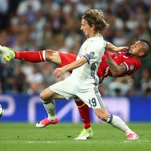 Football Soccer - Real Madrid v Bayern Munich - UEFA Champions League Quarter Final Second Leg - Estadio Santiago Bernabeu, Madrid, Spain - 18/4/17 Real Madrid's Luka Modric in action with Bayern Munich's Arturo Vidal  Reuters / Michael Dalder Livepic