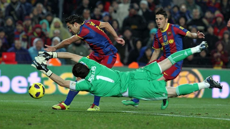 \'30.11.2010. Camp Nou, ESP, FC Barcelona vs Real Madrid, im BIld , Barcelona\'s Xavi Hernandez and David Villa and Real Madrid\'s Iker Casillas during la liga match on november 29th 2010. Foto:  Ÿ np