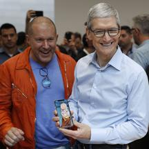 Jonathan Ive i Tim Cook iz Applea s iPhoneom X