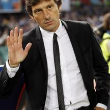 'Inter Milan\'s coach Leonardo waves before their Italian Serie A soccer match against Napoli at the San Paolo stadium in Naples May 15, 2011. REUTERS/Giampiero Sposito (ITALY - Tags: SPORT SOCCER)'