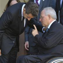'France\'s President Nicolas Sarkozy (L) listens to German Finance Minister Wolfgang Schauble after a meeting at the Elysee Palace in Paris, October 14, 2011.  REUTERS/Philippe Wojazer  (FRANCE - Tags