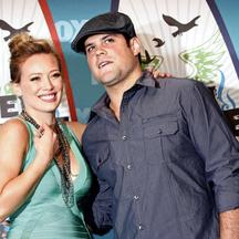'Actress and singer Hilary Duff and hockey player Mike Comrie pose in the press room at the Teen Choice 2010 Awards in Los Angeles August 8, 2010.  REUTERS/Jason Redmond  (UNITED STATES - Tags: ENTERT