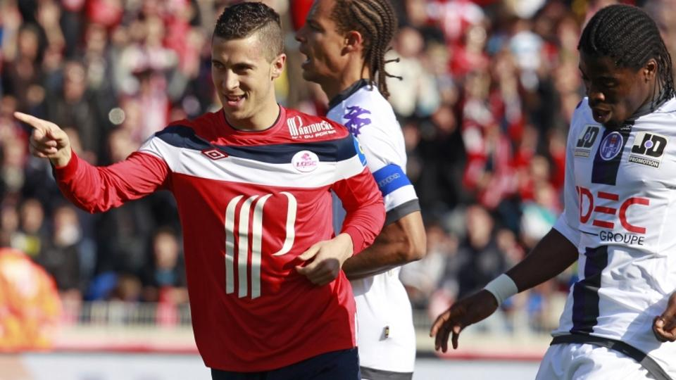 'Lille\'s Eden Hazard (L) celebrates after scoring a penalty during their French Ligue 1 soccer match against Toulouse at Lille Metropole Stadium in Villeneuve d\'Ascq, near Lille April 1, 2012. REUTE