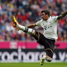 'Mario Mandzukic of FC Bayern Munich jumps for the ball during their German first division Bundesliga soccer match against Hanover 96 in Munich September 14, 2013.  REUTERS/Michael Dalder (GERMANY - T
